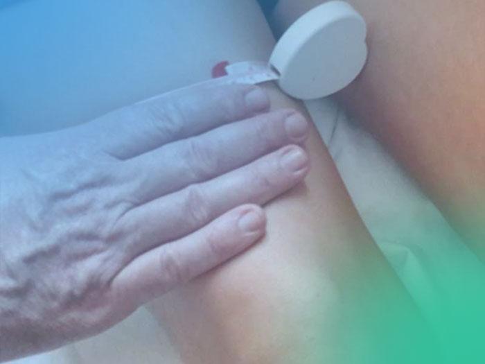 Inspección de la rodilla y palpación de las estructuras óseas paso a paso.