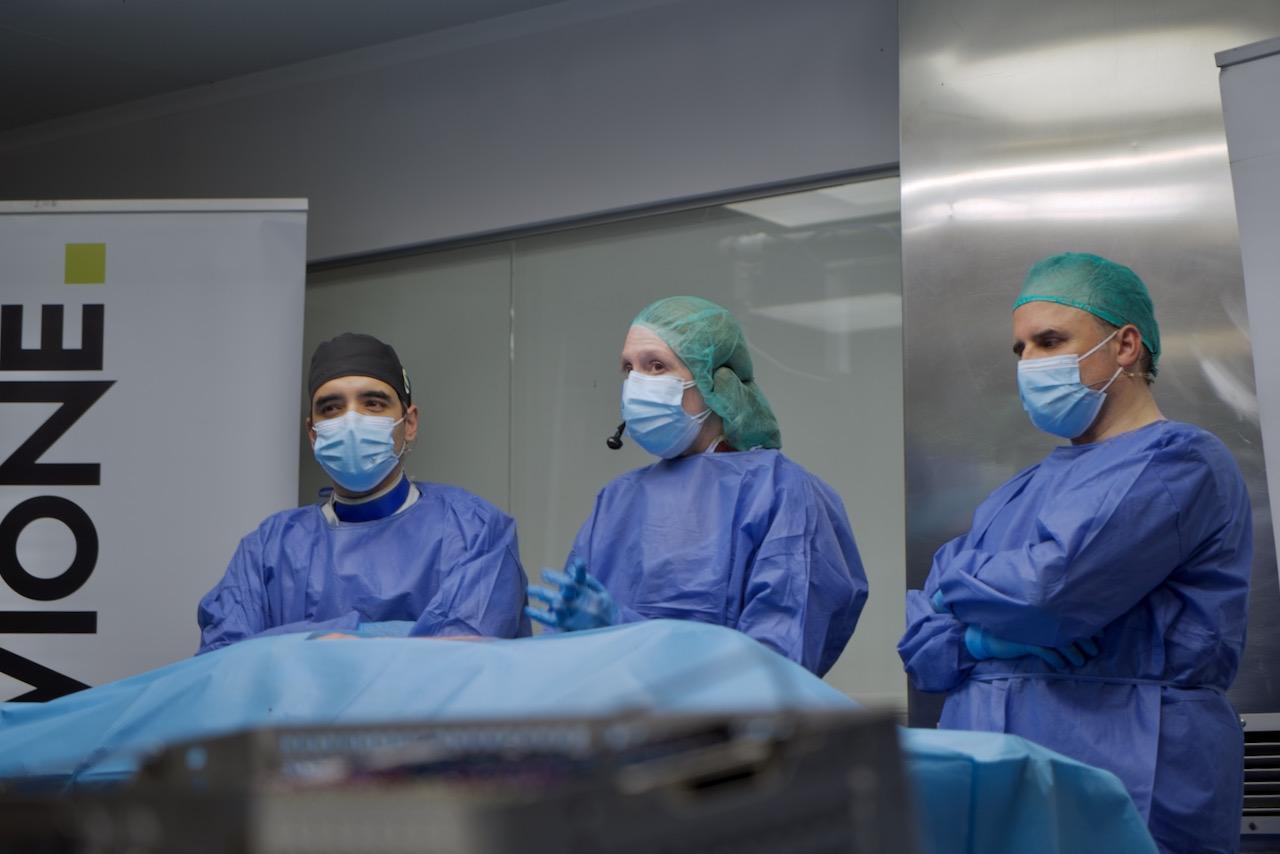 Dr. Juan José Velázquez Fragoso,Dr. Ignacio Moya Molinasy laDra. Ana Belén Pérez Romera durante el inicio de la segunda sesión de DCL Spine